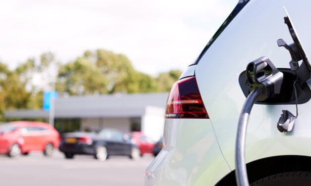 Kraftig økning i salg av plug-in- og elbiler
